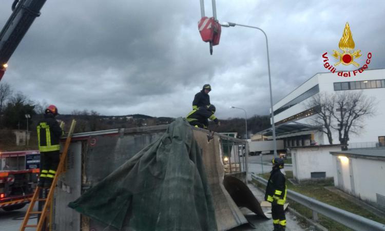 Cingoli, si ribalta un rimorchio carico di polli: intervengono i Vigili del fuoco (FOTO)