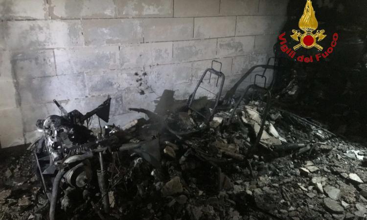 Macerata, auto in fiamme in un garage: evacuata palazzina (FOTO)