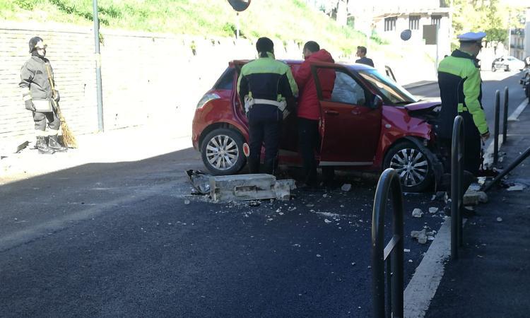 Macerata, auto sfonda il muretto in via Pantaleoni: 40enne trasportato a Torrette (FOTO)