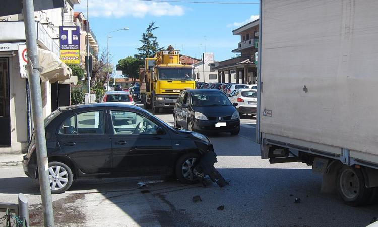 Montecosaro, incidente all'incrocio nell'ora di punta: traffico impazzito (FOTO)
