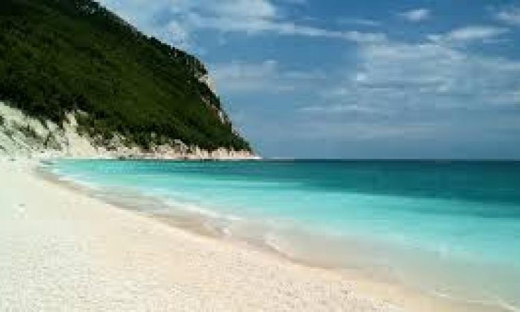 La spiaggia più bella d'Italia 2019 è marchigiana: per Skyscanner vince quella delle Due Sorelle di Sirolo