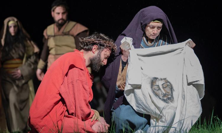 Tolentino, la suggestiva Passione di Cristo alla Bura: alcune scene riprese dalle telecamere di Mediaset (FOTO)
