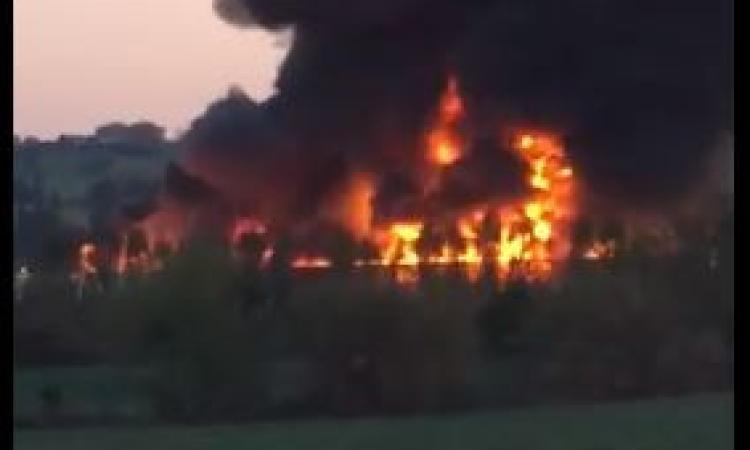 Spaventoso incendio all'azienda Tontarelli: nube di fumo alta metri (VIDEO)