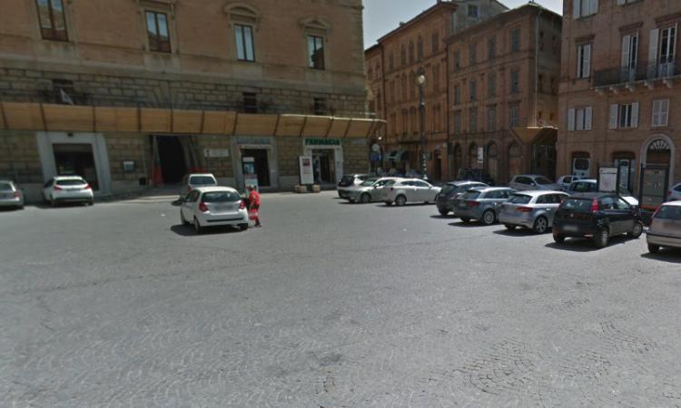 Tolentino, stop al parcheggio selvaggio: dissuasori in Piazza della Libertà e Viale Benadduci