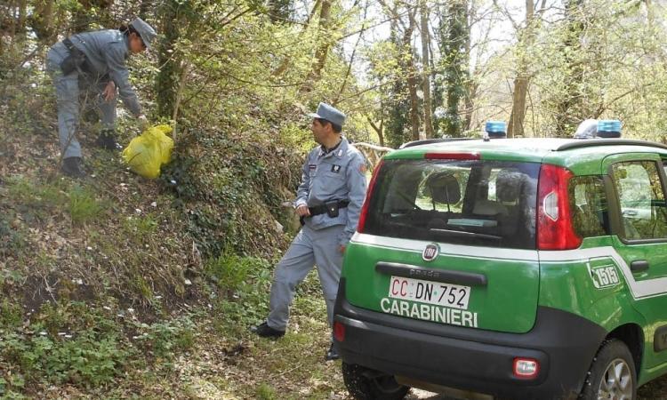 Abbandonano illecitamente rifiuti di ogni genere: scoperti e multati i colpevoli (FOTO)