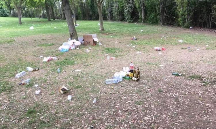 Turisti incivili all'Abbadia di Fiastra: il prato del parco scambiato per una discarica (FOTO)