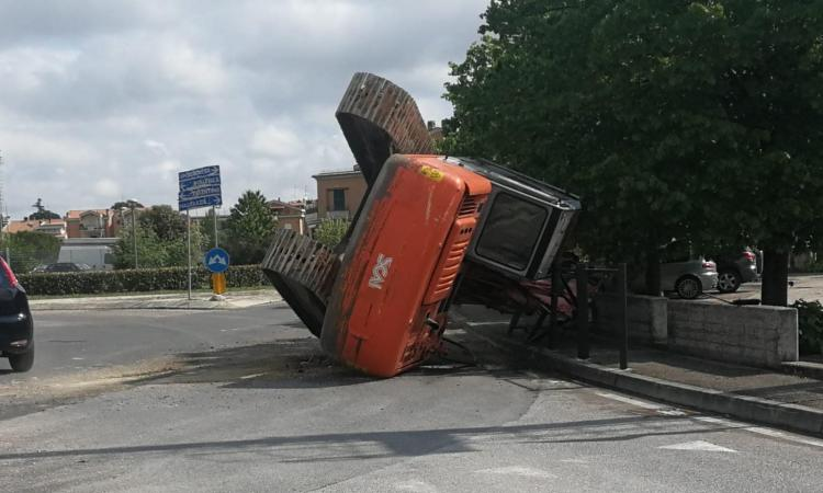 """Il camion rimorchio """"si perde"""" l'escavatore a cingoli: paura a Casette Verdini (FOTO)"""