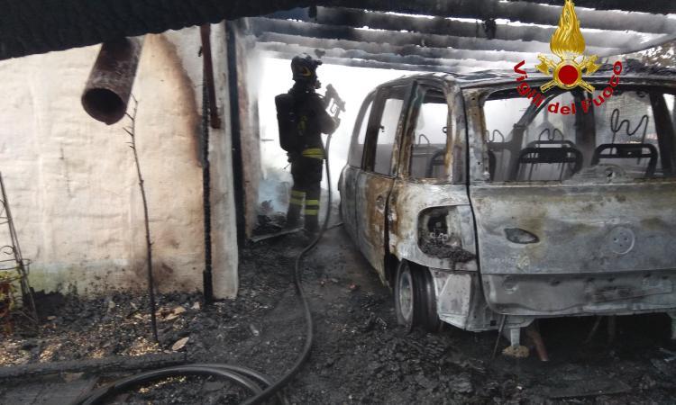 Casette Verdini, auto in fiamme nel cortile di una casa: intervengono i Vigili del Fuoco (FOTO)