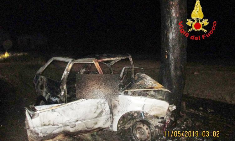 Colbuccaro, si schianta contro un albero e l'auto prende fuoco: perde la vita Massimo Verdini (FOTO)