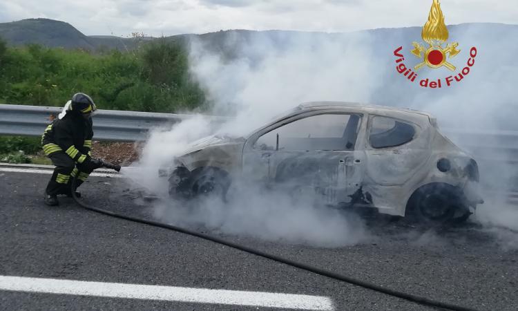 Serravalle Di Chienti, vettura in fiamme in Superstrada: pronto interventi dei Vigili del Fuoco