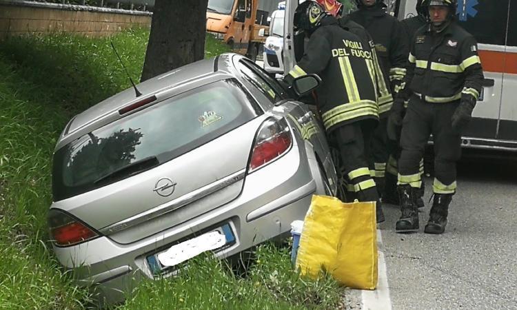 Recanati, Incidente lungo la S.S. 77, auto finisce fuori strada: una donna all'Ospedale (FOTO)
