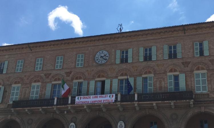"""Omaggio alla Lube sulla facciata del Palazzo Comunale: """"Civitanova campione d'Italia"""""""