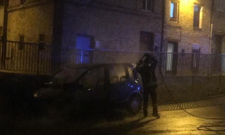 Corridonia, auto in fiamme in via Santa Chiara: pronto intervento dei Vigili del Fuoco