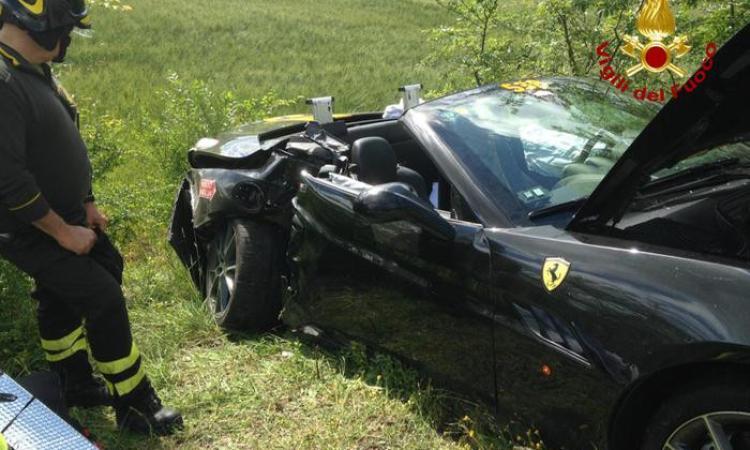 Scontro tra due Ferrari alla Mille miglia: ferita una donna