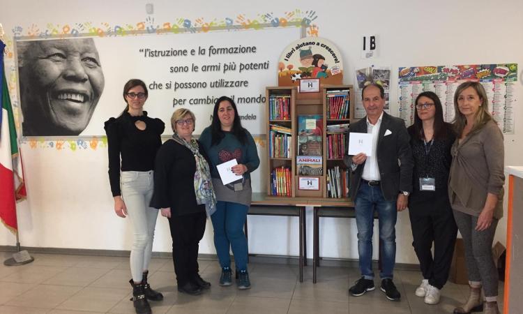 """Montecosaro, oltre 100 nuovi libri donati alla scuola elementare """"Nelson Mandela"""""""