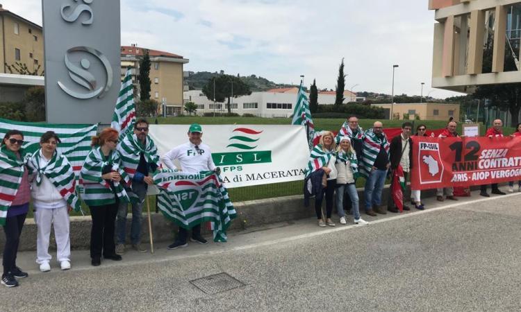 Porto Potenza Picena, manifestazione della Cisl davanti al Santo Stefano