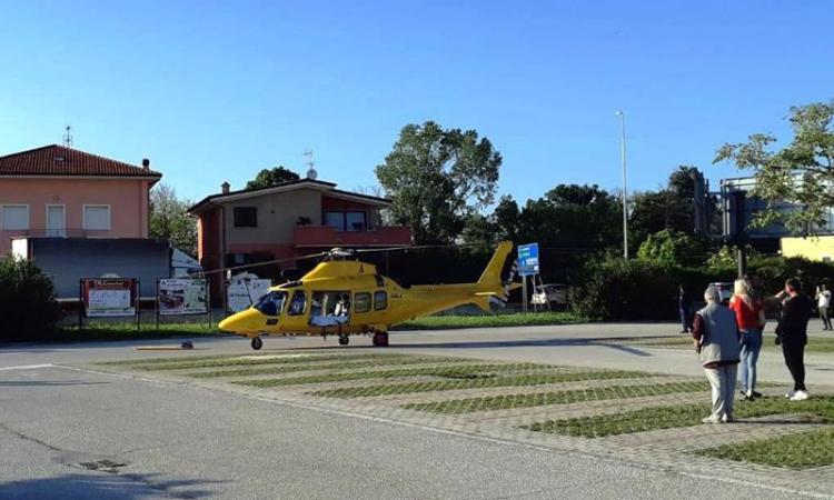 Scontro tra auto e moto sul ponte: centauro in ospedale, traffico in tilt a Civitanova