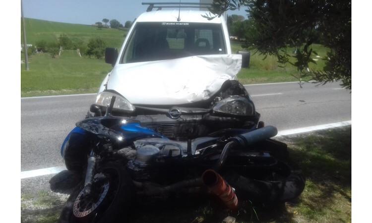 Treia, scontro tra auto e moto sulla SS 361: motociclista trasportato in ospedale - FOTO