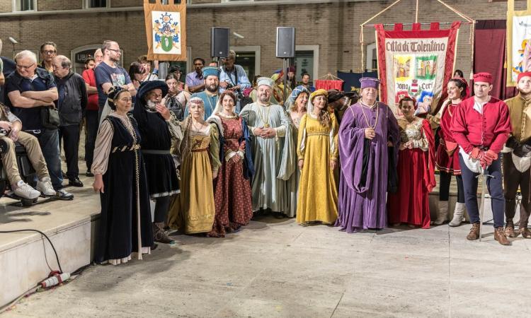 """L'Associazione Corteo storico Città di Tolentino """"Dono dei Ceri a San Nicola"""" protagonista a Senigallia (FOTO)"""
