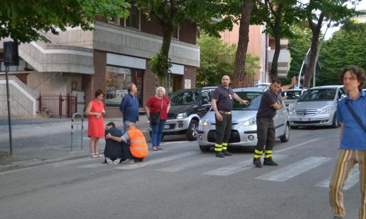Macerata, investita da un'auto mentre attraversa la strada: ragazza finisce in Ospedale (FOTO)