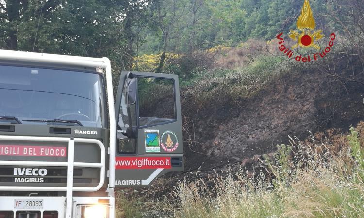 Valfornace, incendio all'interno del Parco dei Monti Sibillini (FOTO)