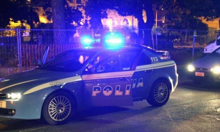 Notte di follia a Macerata, 58enne ubriaco semina il caos in un bar e aggredisce gli agenti: arrestato