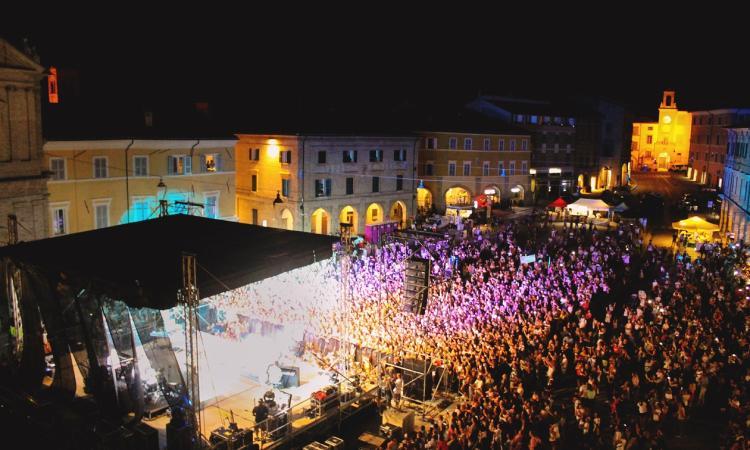 Irama conquista San Severino: oltre 7 mila persone in Piazza del Popolo (FOTO)