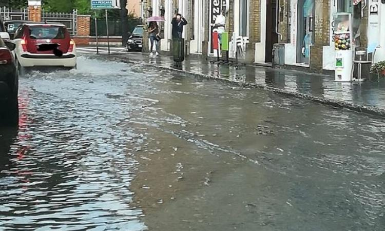 Bomba d'acqua a Civitanova, piazza XX Settembre allagata
