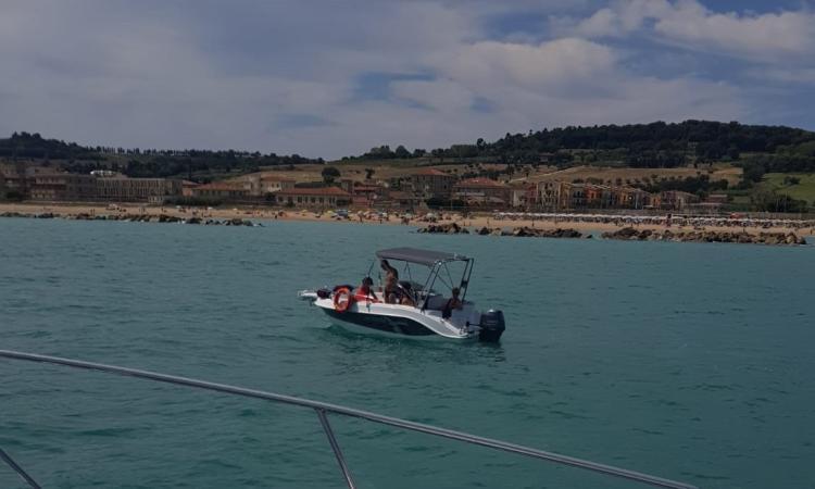 Porto Potenza Picena, sanzionato un natante a motore e recuperata un'imbarcazione con quattro persone a bordo