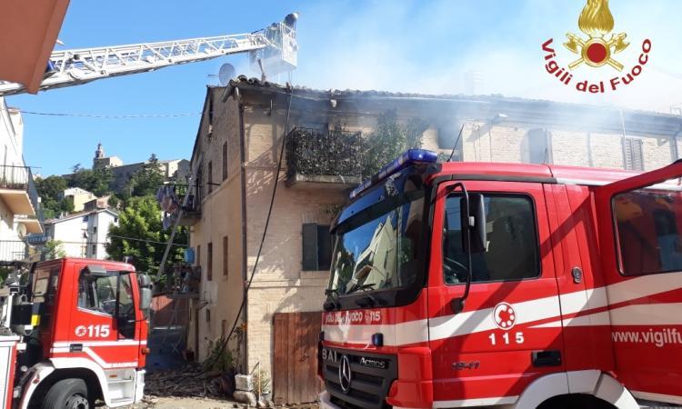 Recanati, in fiamme un appartamento a Castelnuovo: crolla il tetto (FOTO)