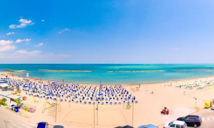 Meteo Marche, torna il caldo estivo e il weekend sarà da mare