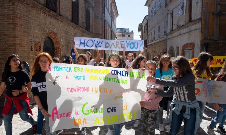 """San Ginesio, sciopero per il clima: flash mob degli alunni dell'Istituto """"Tortoreto"""""""