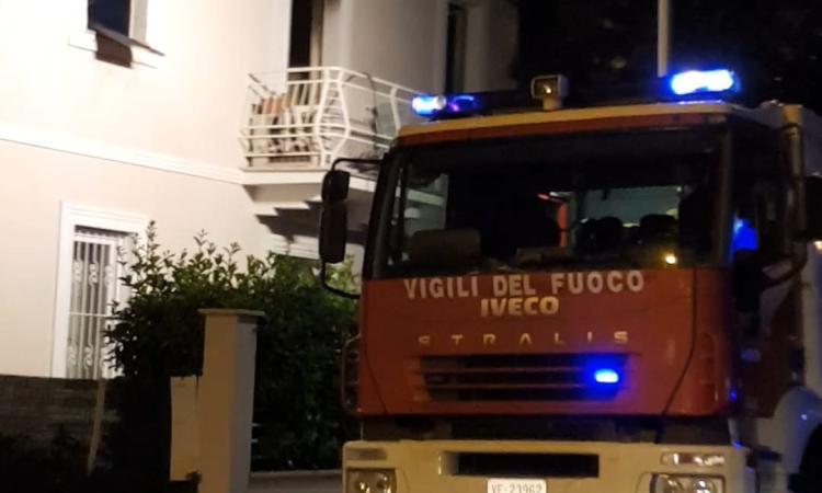 Civitanova, fumo e fiamme da un'abitazione
