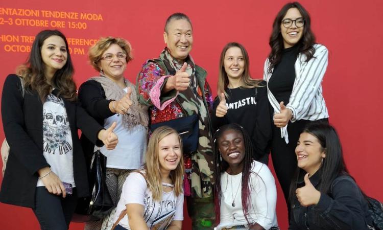 """Le ragazze dell'Ipsia """"Frau"""" incontrano lo stilista Yamamoto alla Fiera """"Lineapelle"""" di Milano (FOTO)"""