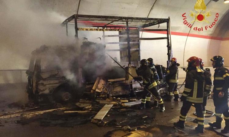 Serravalle di Chienti, furgone in fiamme in galleria: paura in superstrada (FOTO)