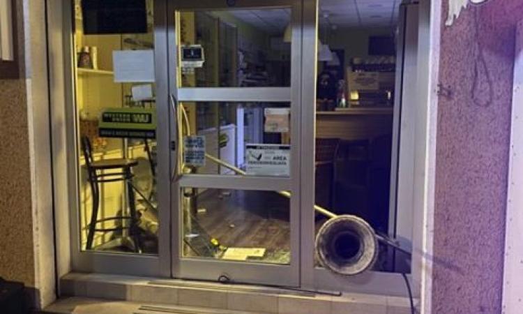 Montelupone, razzia di sigarette e gratta e vinci in tabaccheria: i ladri spaccano la vetrina con un vaso