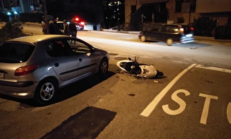 Corridonia, scontro fra auto e scooter all'incrocio: giovane al pronto soccorso (FOTO)