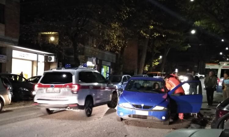 Macerata, scontro tra due auto in viale Martiri della Libertà: una ragazza all'ospedale (FOTO)