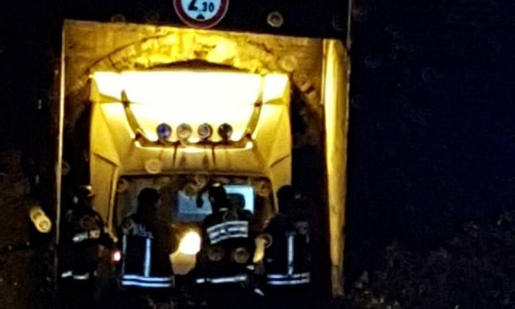Civitanova, camion rimane incastrato sotto al ponte