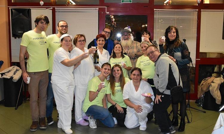 Gagliole, festa con Antonio Lo Cascio per i nonnini della casa di riposo (FOTO)