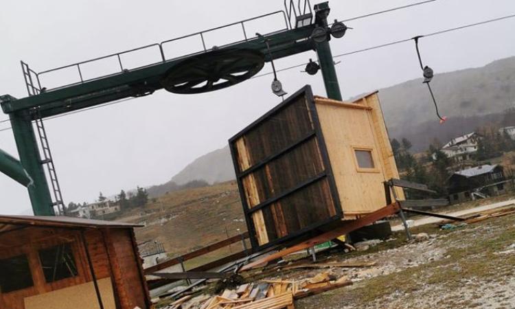 Continuano le forti raffiche di vento: numerosi gli interventi dei vigili del fuoco