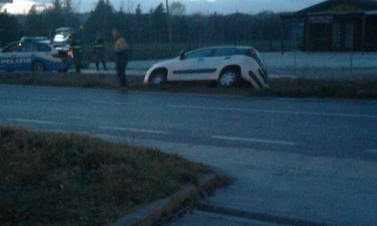 Montecassiano, fuori strada con l'auto: il conducente al pronto soccorso (FOTO)