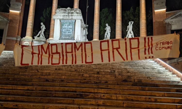 """Macerata, compare lo striscione """"Polveri sottili e solite facce: Cambiamo Aria""""sotto il Monumento ai Caduti"""