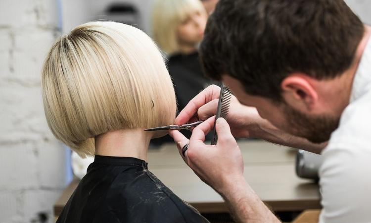 Macerata, estetisti e parrucchieri pronti per il ponte del 1° maggio: ok a mezza giornata di lavoro
