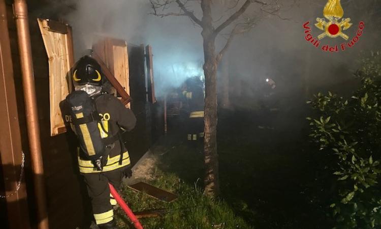 Visso, casetta di legno avvolta dalle fiamme nella notte (FOTO)