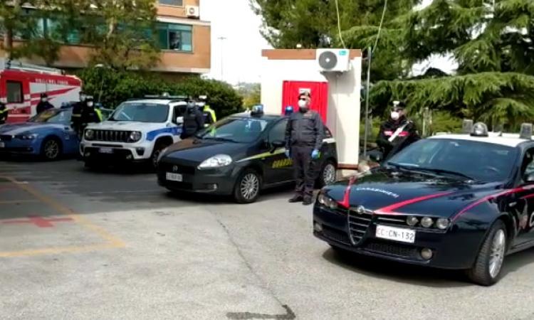 Camerino e Civitanova, le forze dell'ordine omaggiano i sanitari dei Covid-Hospital (VIDEO)