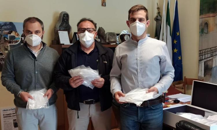Sefro, la solidarietà della LGB Costruzioni: mascherine monouso consegnate al Sindaco Tapanelli