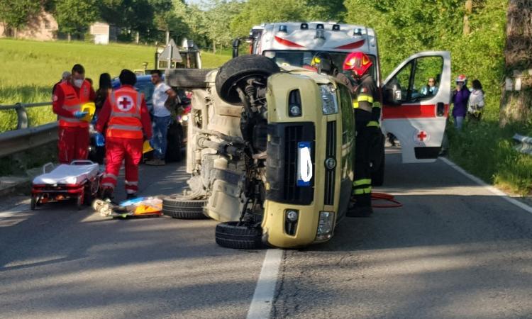 San Ginesio, auto si schianta contro il guardrail e si ribalta: conducente trasportato a Torrette in eliambulanza
