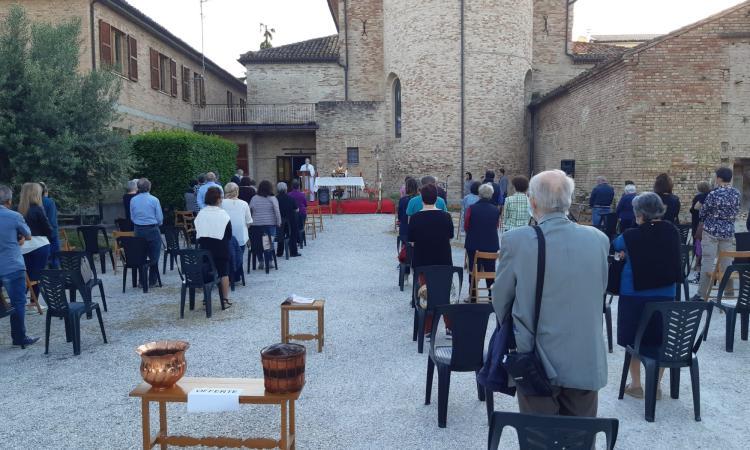Macerata, fase 2: prima messa all'aperto nella chiesa del SS. Crocifisso di Villa Potenza (FOTO)