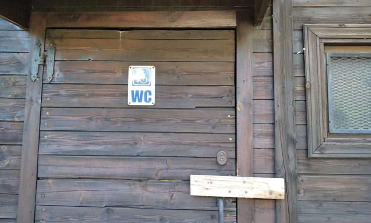 """Ussita, bagni pubblici inutilizzabili: """"Visitatori e turisti come nel Giardino dell'Eden"""""""